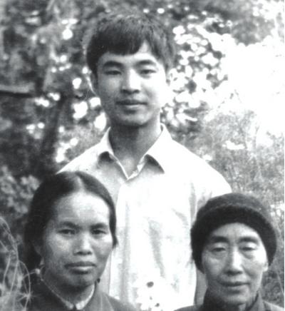 潘中泽和他的两个母亲,前排右一为唐荣锋母亲。 纳雍县委宣传部供图
