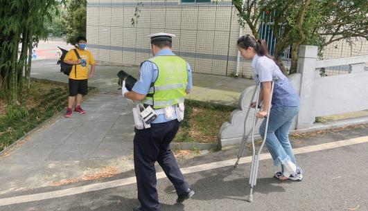 考生到达考点交警步行送到考场。