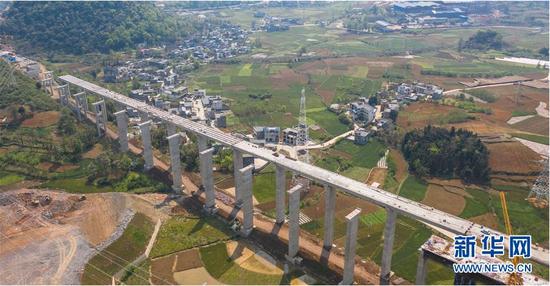 这是建设中的兴义环高滴水岩特大桥(3月25日摄,无人机照片)。