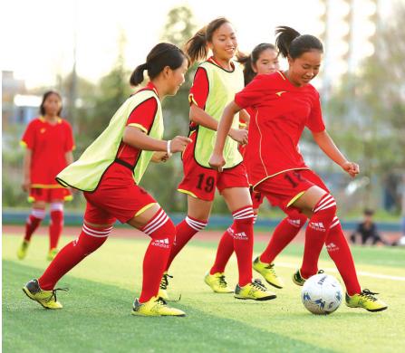 莫秋(右前)与队友在练球。