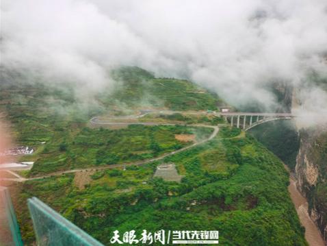 从鸡鸣三省村俯瞰赤水河三省交界处