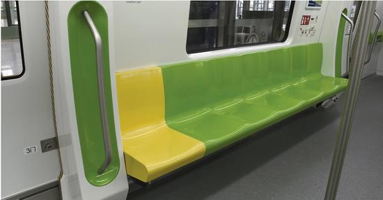 贵阳地铁内部座椅设有爱心专座。