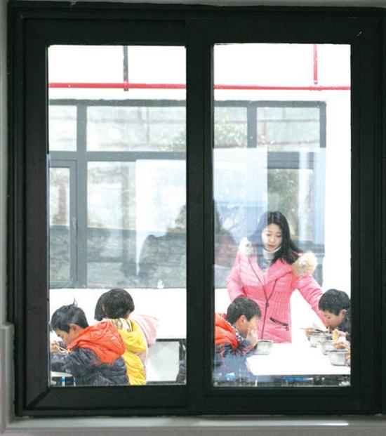 卢小卜在食堂餐厅了解孩子的用餐情况。