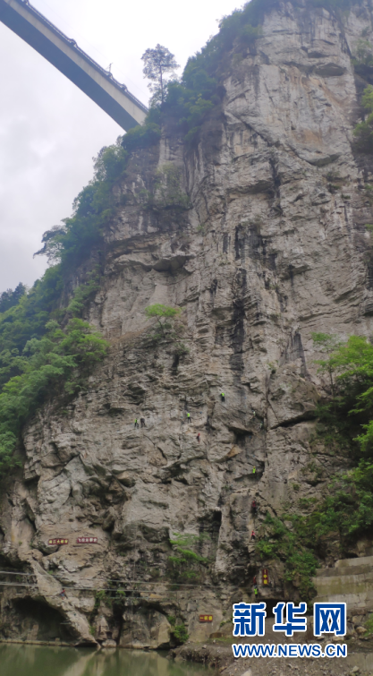 4月26日,南江大峡谷体育生态公园内,游客在参与攀岩项目。黄勇 摄