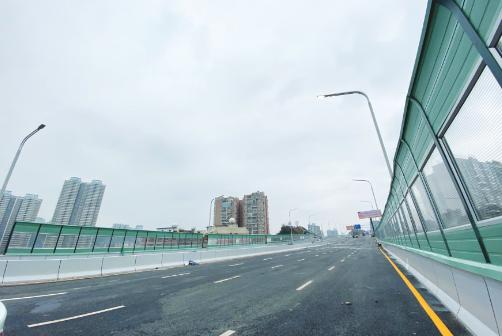 人民大道南段连接中环路与花溪大道立交桥桥面已经建设完成