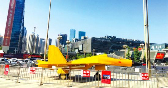 """贵阳市""""双拥一条街""""开街 歼-15舰载机可免费参观"""
