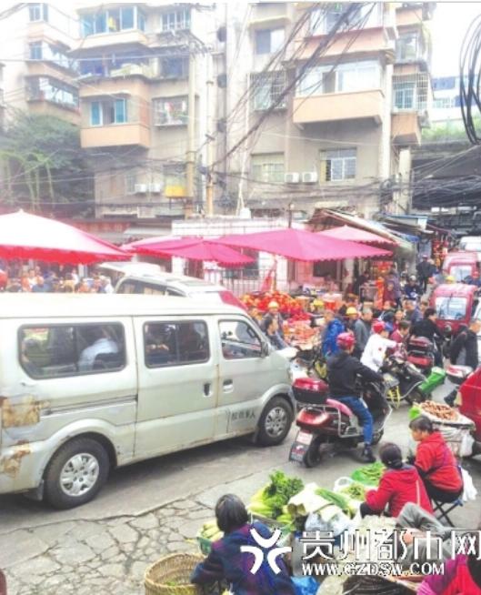 道路被摊贩占据,车辆出行困难。