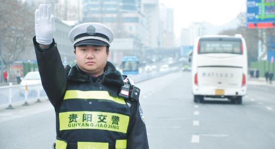 042493号警员名叫宋柯辉,是贵阳市交管局云岩区分局一中队的一名普通交警
