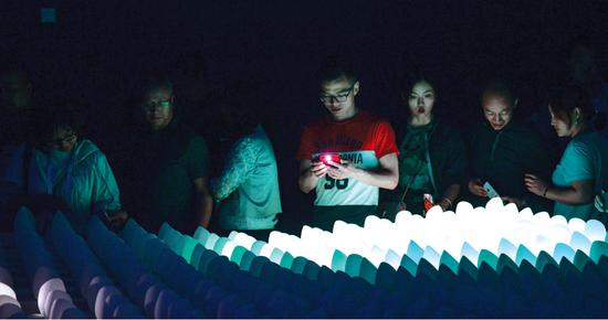 市民在数字艺术特展上参观。