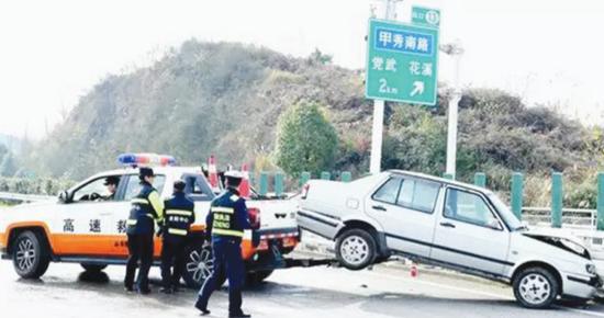 演练救援队伍拖走事故车辆。