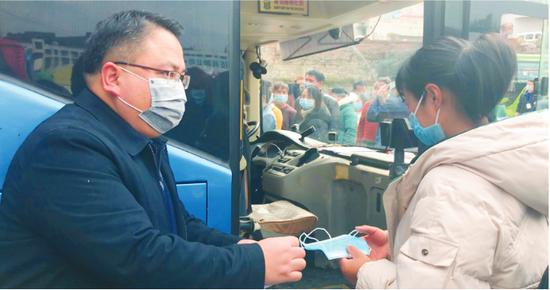 凯里:75人坐免费专车赴东莞