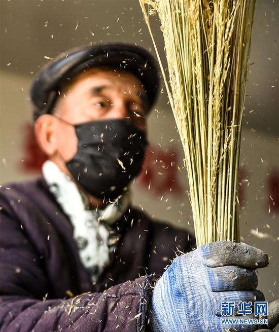 内蒙古乌兰察布市化德县七号镇安业村村民在扶贫车间制作扫帚(2020年4月11日摄)。新华社记者 彭源 摄