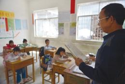 贵州籍老师吴仕生正在给二年级学生上课。