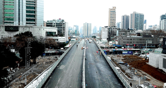 北京路跨线桥在进行最后收尾。