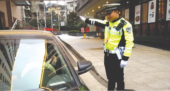 王广军在指挥外来车辆停放
