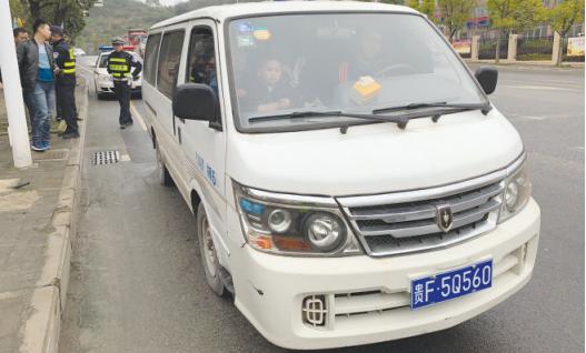 面包车涉嫌非法营运严重超载被交警查获。