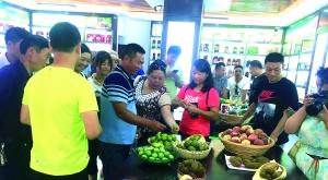 图为消费者在开阳富硒农特产品体验店选购富硒农特产品