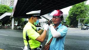 交警帮骑乘人员佩戴头盔