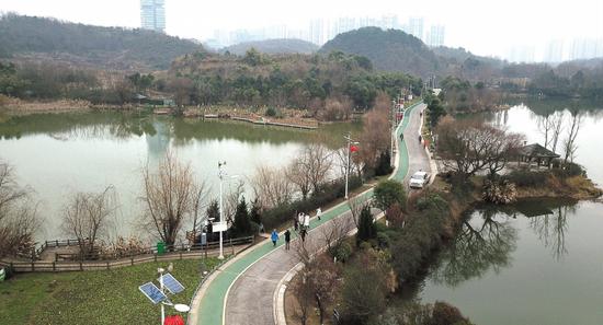 观山湖公园的绿色步道。