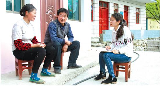 赵海燕(右一)与陈光政夫妇在谈心。