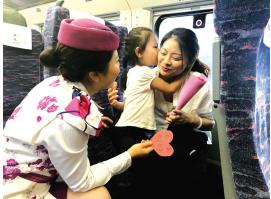 """今年的母亲节,贵阳客运段在值乘的部分高铁动车组开展""""感恩您·母亲""""活动,通过为""""妈妈""""们送康乃馨、特制小点心以及手工贺卡等形式,陪伴旅途中的母亲度过一个温馨愉快的母亲节。"""