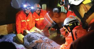 消防救援瘫痪老人。