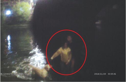 特巡警将女子营救上岸。(视频截图)
