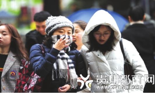11月26日,贵阳最低气温仅4.4℃,寒冷的天气让上街的市民穿上了厚厚的棉衣
