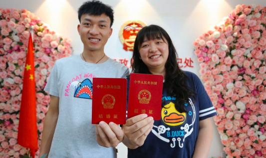 新人领到结婚证合影。 都市新闻记者邱凌峰 摄