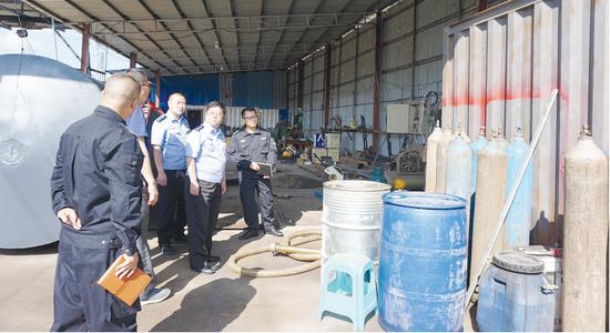 5月29日,安顺新安派出所民警查获非法销售油品现场