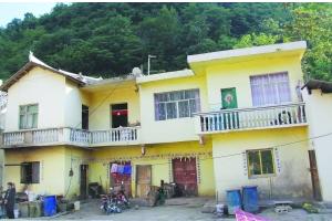 图为当地政府给老人家修的房子,但老人宁愿住在山洞