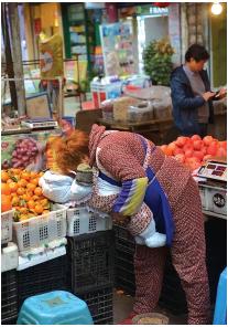 水果摊上,轻吻孙孙的阿姨。
