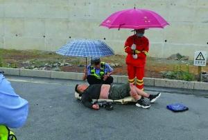交警和环卫工为伤者撑伞挡雨
