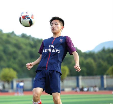 蒋啸在练球。