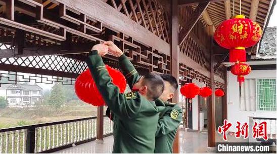 武警遵义支队官兵陪排雷英雄杜富国过春节