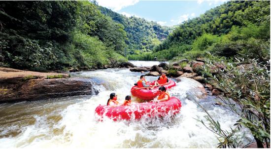 赤水香溪河吸引了大量重庆人前来漂流。 王长育 摄