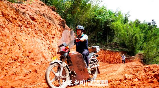 贾洪刚骑着摩托车走乡串户