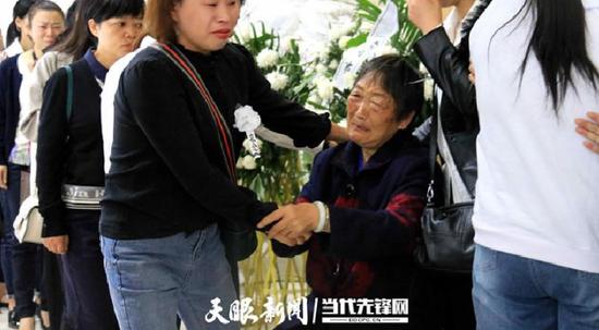 李绍山生前的同事们慰问他的家属