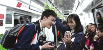 乘坐贵阳地铁的市民。(资料图) 都市新闻记者邱凌峰 摄