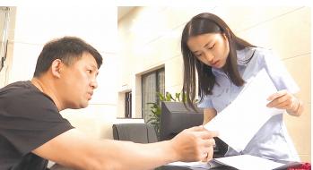 中心工作人员在接收转诉讼材料。 兴义市法院供图