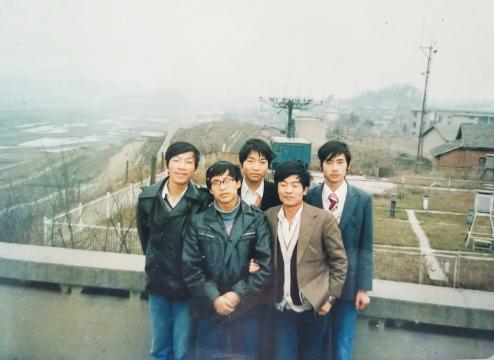 """曾经的""""烂泥沟五壮士"""",只有闵昌红(中)还在干着放气球的工作。(图由受访者提供)"""