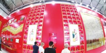 市民在贵州茅台展馆参观。 都市新闻记者邱凌峰 摄