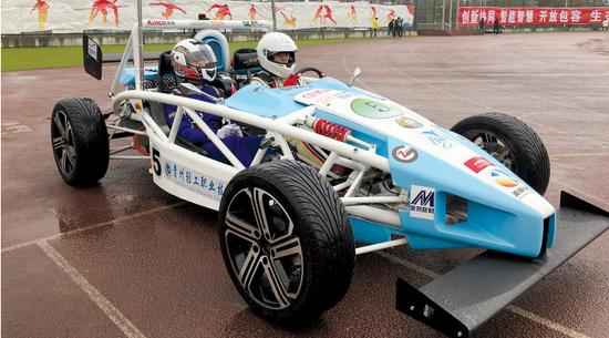两名同学开着节能赛车出场。