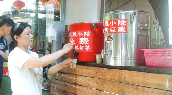 市民正在免费取饮茶水。