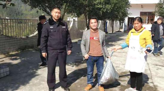 民警和安某将猪肉送到福利院。