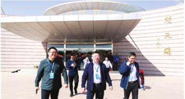 茅台集团党委副书记王焱(中)带队赴现场观礼。