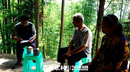贾洪刚在村民李富明家走访了解情况