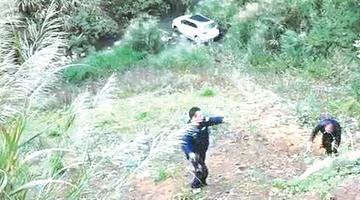 车坠百米悬崖 司机没有受伤