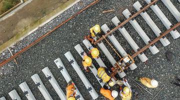 贵州首条自建自营铁路铺轨完成