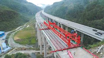 渝黔高速扩能项目首座特大桥全桥架通